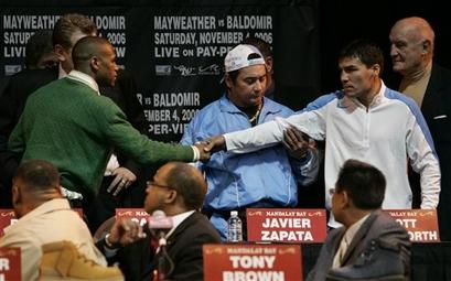 Смотрите фотогалерею Флойд Мэйвезер и Карлос Бальдомир жмут друг другу руки