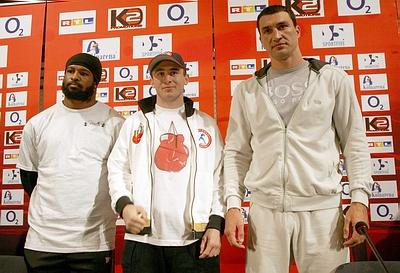 Ламон Брюстер, Заур Байсангуров и Владимир Кличко на пресс-конференции в Кельне