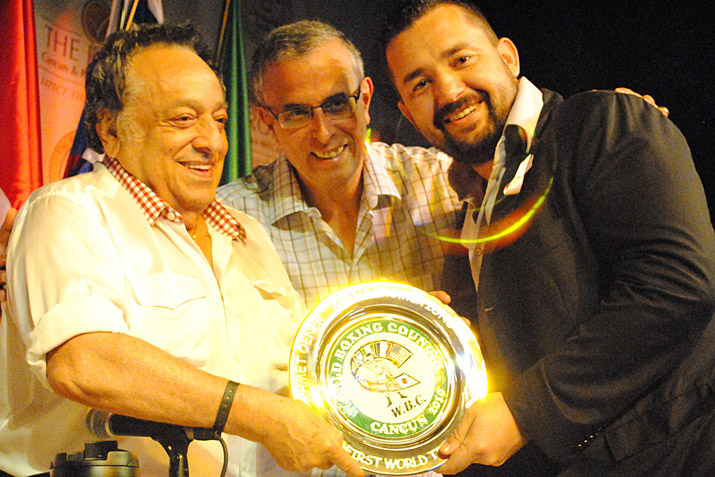Смотрите фотогалерею Хосе Сулейман, Хоусин Хоуичи и Ахмет Ёнер на конгрессе WBC в Канкуне в ноябре 2010