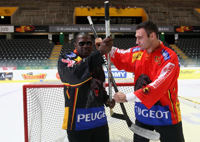 Виталий Кличко и Кевин Джонсон на ледовом стадионе после  пресс-конференции в швейцарском Берне