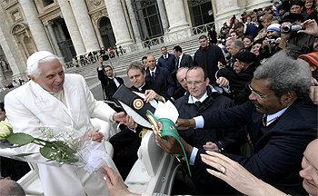 Смотрите фотогалерею Папа Бенедикт XVI получает в подарок от Дона Кинга сувенир в виде чемпионского пояса