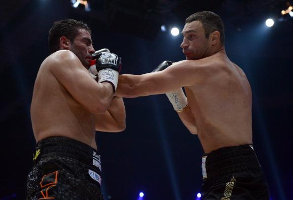 Бой Кличко и Чарра остановлен из-за рассечения