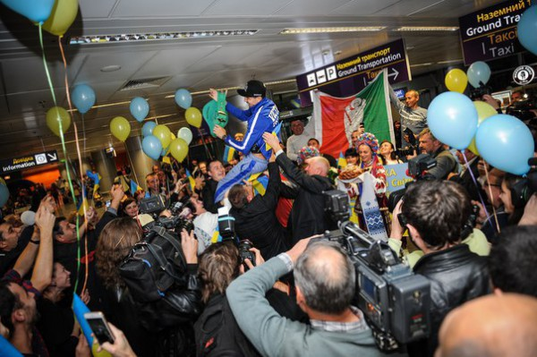 Смотрите фотогалерею Торжественная встреча Виктора Постола в аэропорту Борисполь
