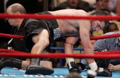 Смотрите фотогалерею Джон Руиз на полу ринга в восьмом раунде