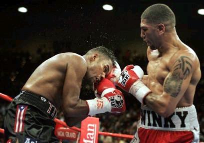 Смотрите фотогалерею Феликс Тринидад пропускает удар правой Рональда Райта в голову