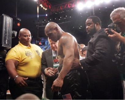фото - Легенда бокса Майк Тайсон покидает ринг после поражения.
